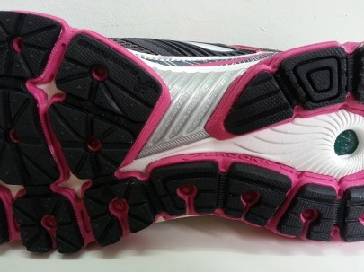 Glycerin 10, with a stiff plastic shank at the midfoot outsole.